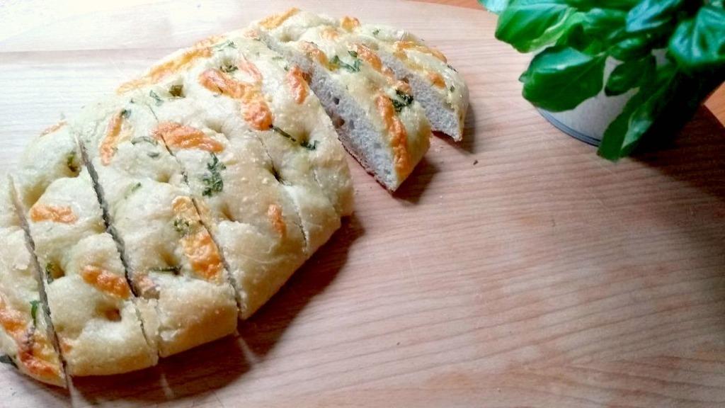 Foccacia mit Basilikum und Mozzarella bearbeitet