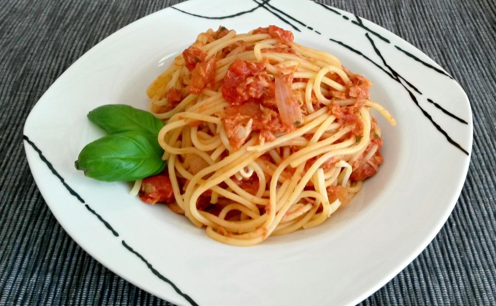 Spaghetti mit Thunfisch-Tomatensauce bearbeitet