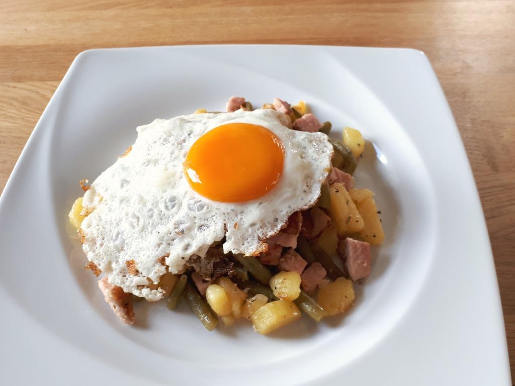 Kartoffelpfanne mit Kasseler und Spiegelei bearbeitet