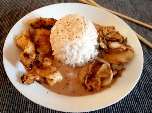 Hühnchen an Erdnusssauce mit Reis