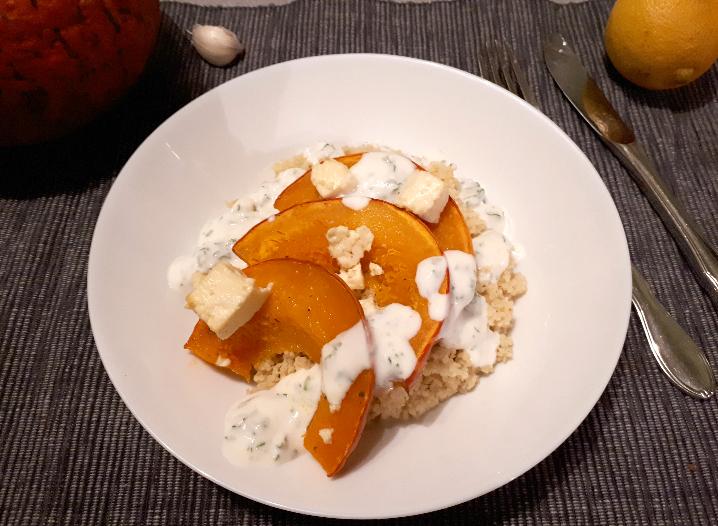 Kürbisspalten mit Feta, Couscous und Joghurt-Knobi-Dip