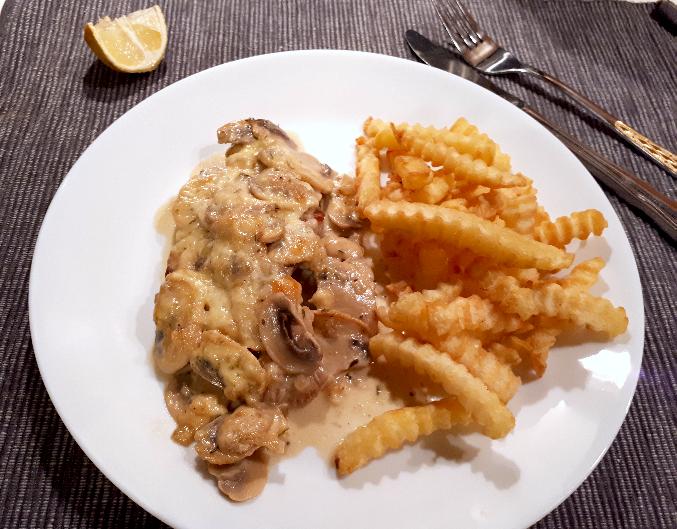 Überbackenes Schnitzel an Champignon-Thymiansauce